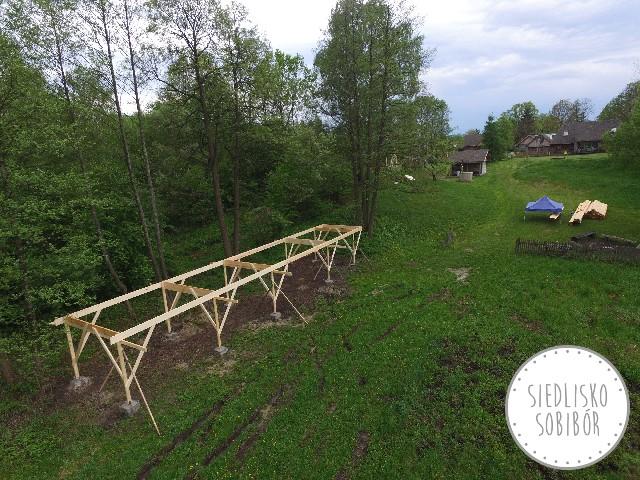 Zwozimy drewno i rozpoczynamy budowę konstrukcji domków.