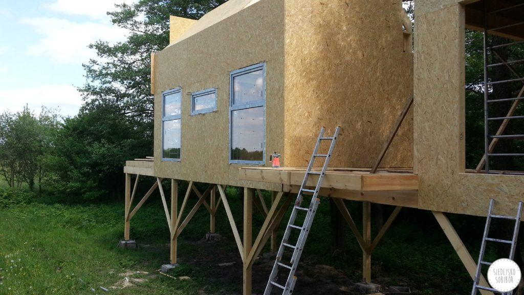 Budowa domków w gałęziach drzew- stan zamknięty.
